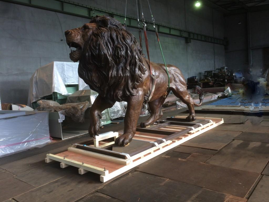 大型銅像の梱包作業