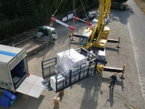 医療機器のクレーン搬入作業